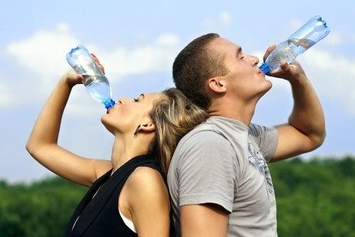 É ideal o casal beber água depois de fazer exercícios