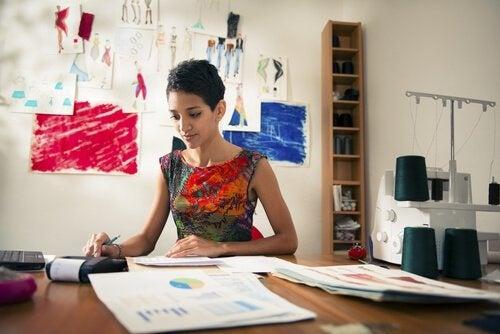 Mulher trabalhando com concentração