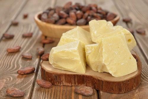 Creme de manteiga de cacau para calcanhares secos e rachados