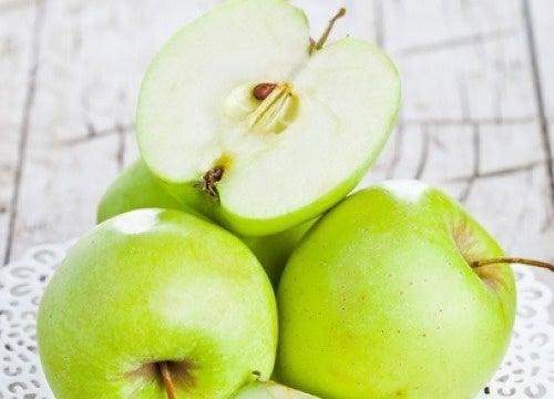 Comer maçã verde em jejum