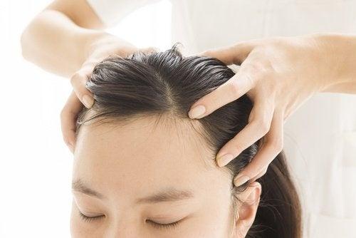 Talco de bebê pode ser utilizado para acabar com a oleosidade no cabelo.