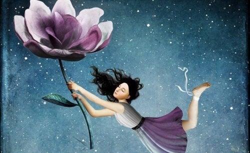 Mulher-segurando-uma-flor
