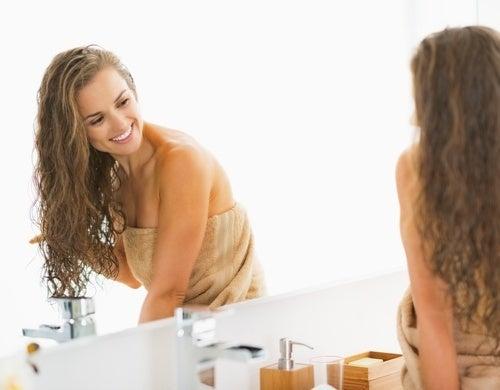 Mulher-fazendo-tratamento-no-cabelo