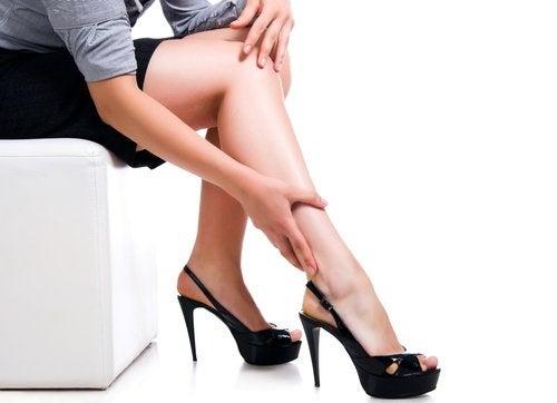 Mulher com úlceras varicosas nas pernas