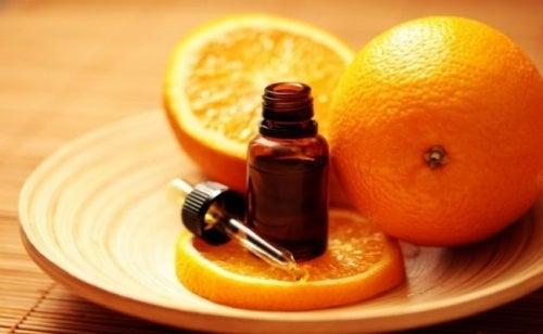 Óleo de laranja para tratar os fungos nas unhas