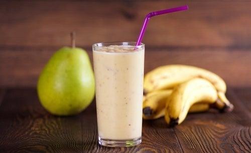 Suco de banana e pera para aliviar gastrite