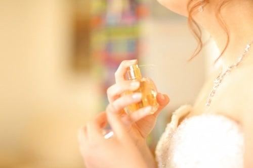 Mulher-colocando-perfume