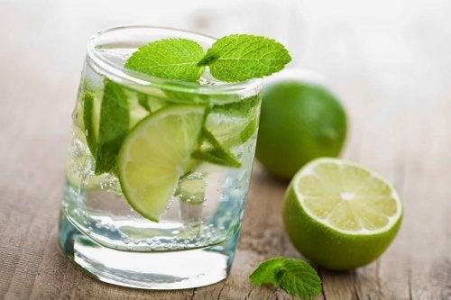 O que percebem as pessoas que tomam água com limão em jejum