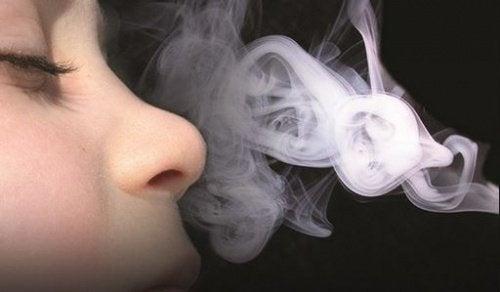 Crianca-inspirando-fumaca