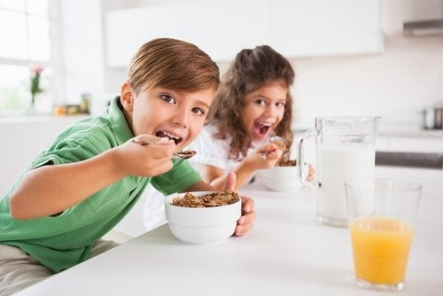 Criancas-comendo-cereais