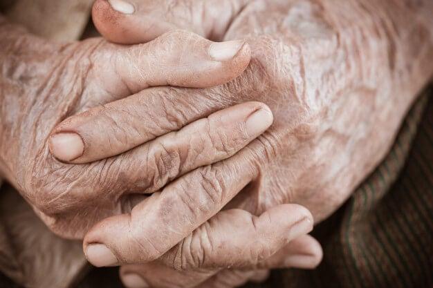 Mãos pessoa com doença de Alzheimer