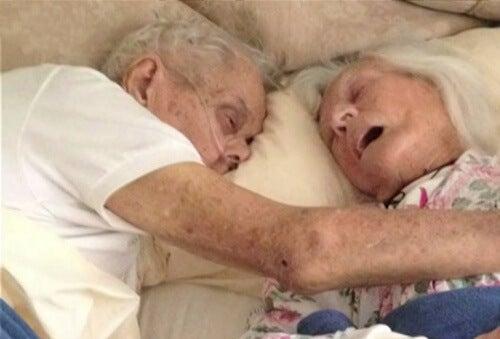 Casal casado por 75 anos morre na mesma cama com poucas horas de diferença