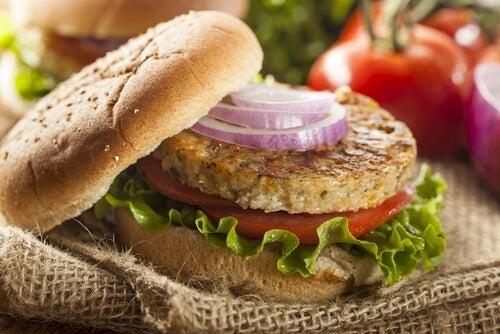 Como preparar hambúrgueres saudáveis de lentilhas e quinoa