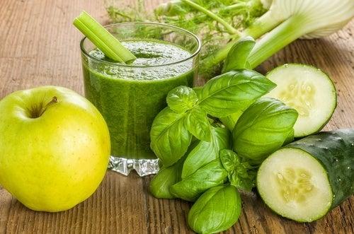 Suco verde de maçã, pepino e gengibre para perder peso