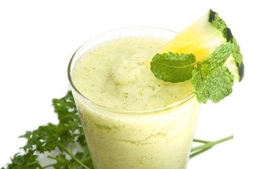 O suco de abacaxi, pepino e aloe vera é um dos melhores sucos para emagrecer