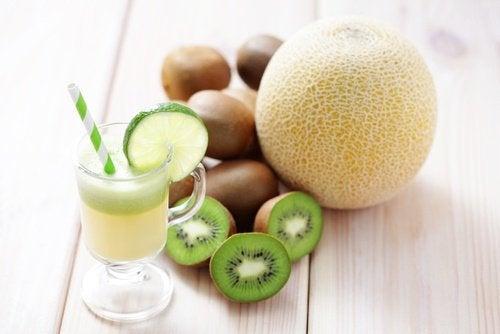 O suco de kiwi e melão está entre os melhores sucos para emagrecer