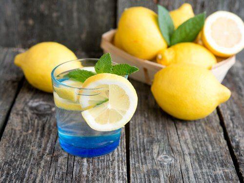 Água com limão para combater sintomas de hipotireoidismo