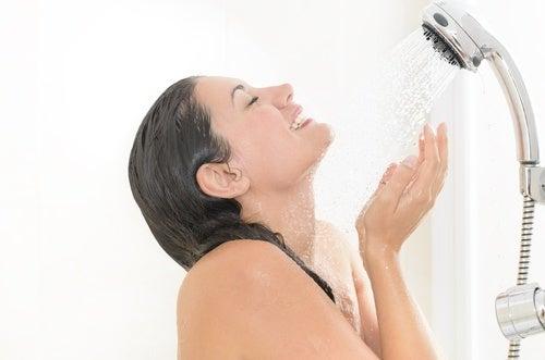 Mulher desfrutando da ducha fria