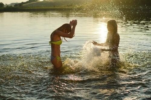 Brincando na água fria