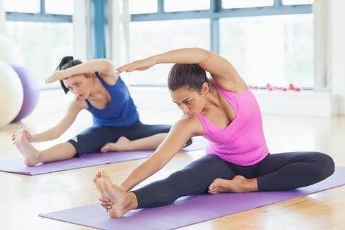 Mulheres fazendo exercícios para alongar o corpo