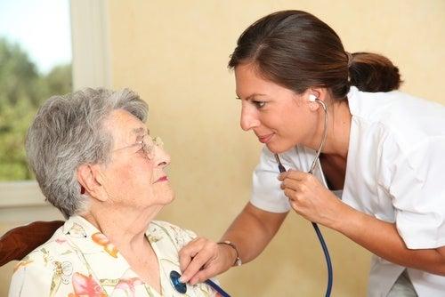 Médica avaliando saúde cardiaca de idosa