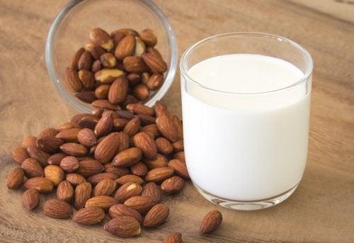 Aprenda a fazer leite de amêndoas e de coco em casa