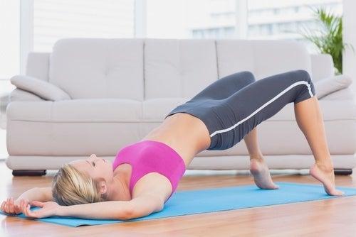 Mulher fazendo exercício para alongar o corpo