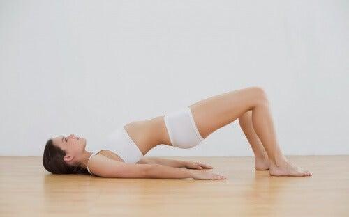 7 exercícios que podem ajudar você a alongar o corpo