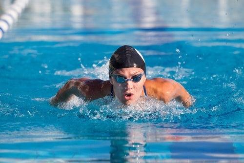 Homem nadando para alongar o corpo
