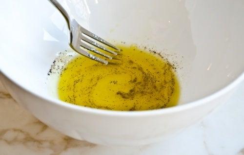 Remédio com limão, azeite de oliva e pimenta-do-reino