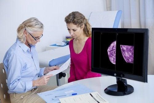 Medica olhando resultados de uma mamografia