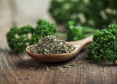 Benefícios da salsa para a saúde e beleza