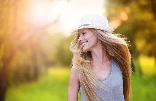 Mulher feliz caminhando
