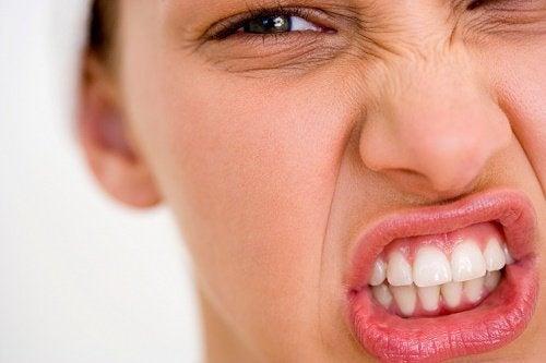 Mulher-mostrando-os-dentes