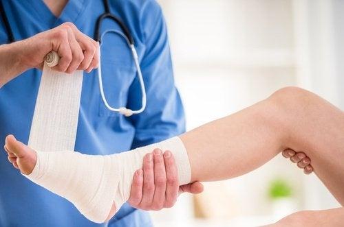 Medico-colocando-faixa-no-pe