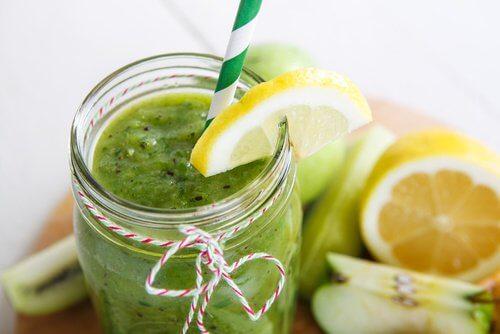 Suco de espinafre, maçã e limão para reduzir a gordura abdominal