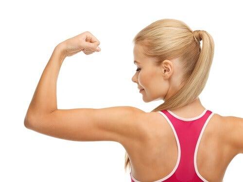 Mulher-mostrando-musculos