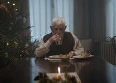 Idoso comendo sozinho