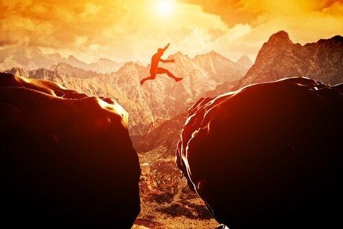 Homem pulando com uma atitude positiva