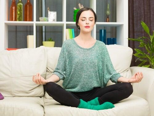 Mulher fazendo uma meditação anti-estresse