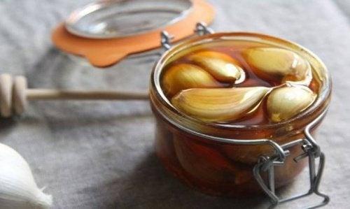 Fortaleça a sua imunidade com este remédio de alho e mel