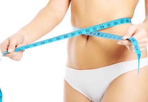 Mulher-medindo-a-cintura