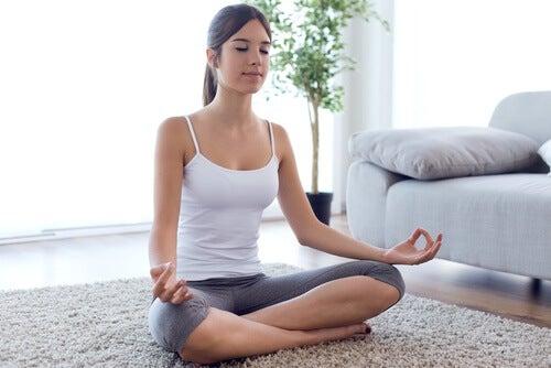 Meditação anti-estresse com os olhos fechados
