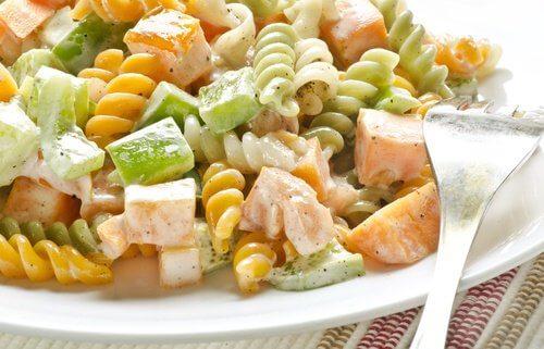 Salada de macarrão ao molho pesto para aumentar o colesterol bom