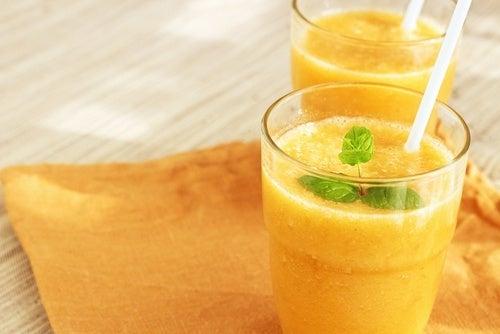 Como preparar um delicioso suco de laranja para ficar em forma e se energizar