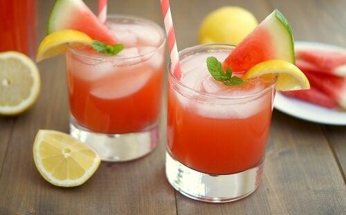 Suco de morango, limão e melancia para a inflamação