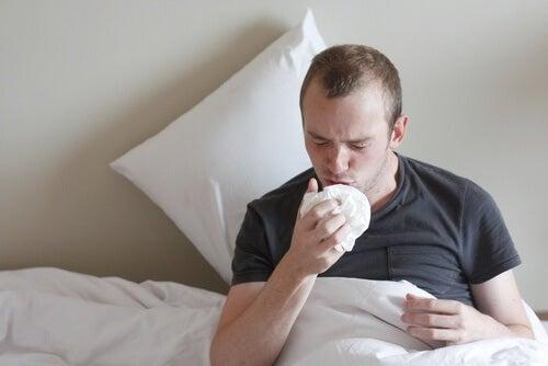Homem com tosse que pode indicar um câncer