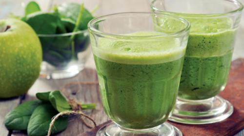 Vitamina de espinafre, cenoura, maçã e aneto para aumentar a energia