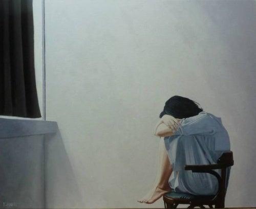 Mulher sentindo a síndrome da cadeira vazia
