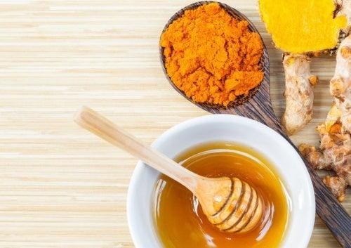Remédio com açafrão e mel para reduzir a dor nas articulações